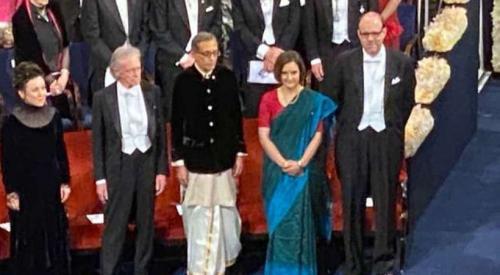 ഇന്ത്യക്കാരനായ അഭിജിത് ബാനർജിയും ഭാര്യ എസ്തർ ഡഫ്ലോയും നൊബേൽ പുരസ്കാരം ഏറ്റുവാങ്ങി